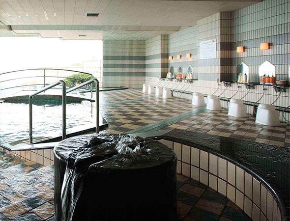 中からでも瀬戸内海を見渡せる大浴場