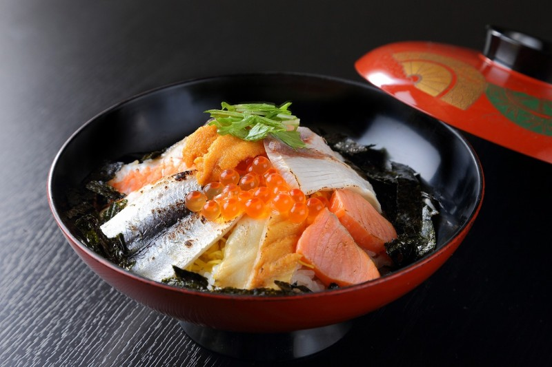 《もろみ風味豊かな焼霜海鮮丼》 魚介を炙ってあるのがポイント。