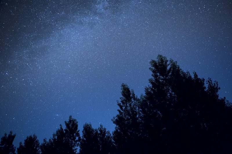 見上げごらん、夜の星を